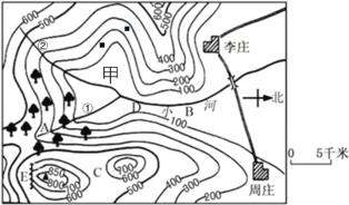 下图是重庆市铜梁区××中学初一4班的李明同学的家附近的等高线地形图,根据所学地理知识回答下列各题。 (1)观察地图,你会发现图中缺少的一种地图要素是_______。 (2)该等高线地形图的等高距是_______米。 (3)请用箭头在图中小河上标出本区小河的流向